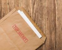 Ouvrez l'enveloppe extrêmement secrète sur la table. Photographie stock