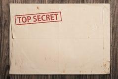 Ouvrez l'enveloppe extrêmement secrète sur la table. Image stock