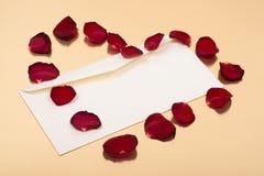 Ouvrez l'enveloppe vide avec les feuilles rouges dans la forme de coeur Photographie stock libre de droits