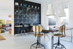 Ouvrez l'espace de travail avec le mur de tableau noir Photo stock
