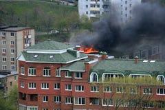 Ouvrez l'incendie sur le toit d'une construction résidentielle Images libres de droits