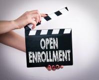 Ouvrez l'inscription Mains femelles tenant le clapet de film Photo libre de droits