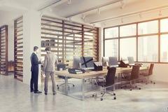 Ouvrez l'intérieur de bureau avec des murs de planche, hommes Photos libres de droits