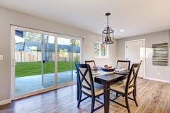 Ouvrez l'intérieur de salle à manger de plan avec les planchers en bois légers photographie stock