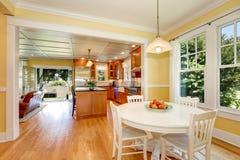Ouvrez l'intérieur de salle à manger de plan Murs jaunes et plancher en bois photographie stock