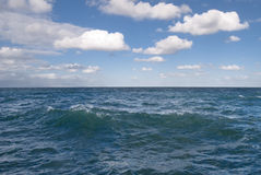 Ouvrez l'océan avec le ciel nuageux. Image libre de droits