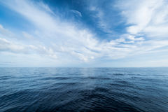 Ouvrez l'océan et le ciel nuageux Images libres de droits