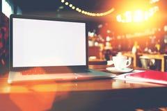 Ouvrez l'ordinateur portable avec l'écran vide de l'espace de copie pour le contenu de l'information ou le message textuel Images libres de droits