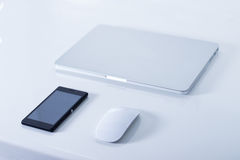 Ouvrez l'ordinateur portable avec le smartphone noir Image libre de droits
