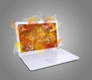 Ouvrez l'ordinateur portable blanc émet la fumée colorée Photographie stock libre de droits