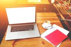 Ouvrez l'ordinateur portable et la feuille de papier avec l'espace de copie pour votre message textuel sur le contenu de la publi Image libre de droits