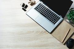 Ouvrez l'ordinateur portable et le papier sur la table en bois de bureau de bureau Vue supérieure avec l'espace de copie Photographie stock
