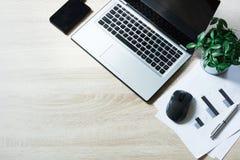Ouvrez l'ordinateur portable et sur la table en bois de bureau de bureau Vue supérieure, l'espace de copie Photographie stock libre de droits