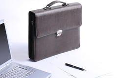 Ouvrez l'ordinateur portable, la serviette et le stylo sur le bureau Image stock
