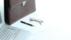 Ouvrez l'ordinateur portable, la serviette et le stylo sur le bureau Photographie stock libre de droits