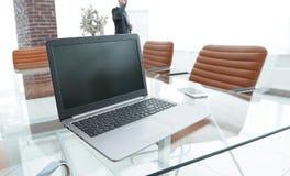 Ouvrez l'ordinateur portable sur le bureau, dans la salle de conférence Image stock