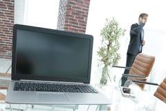 Ouvrez l'ordinateur portable sur le bureau, dans la salle de conférence Image libre de droits