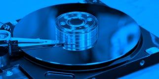 Ouvrez l'unité de disque dur avec la tonalité bleue images stock