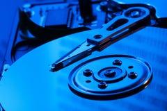 Ouvrez l'unité de disque dur dans la lumière bleue Photos stock