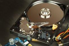 Ouvrez l'unité de disque dur sur un fond en bois noir Production des ordinateurs Magasin de l'électronique Données de soutien sur Photos stock