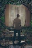 Ouvrez la bible dans la forêt Photos stock