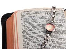 Ouvrez la bible et la montre, argent Image libre de droits