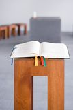 Ouvrez la bible sur la console en bois Photos libres de droits