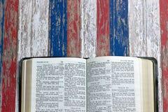 Ouvrez la bible sur un fond rouge, blanc et bleu Image stock
