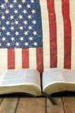 Ouvrez la bible sur un fond rouge, blanc et bleu Photos libres de droits