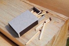 Ouvrez la boîte d'allumettes et les allumettes sur le bois Photographie stock