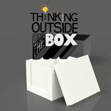Ouvrez la boîte 3d et concevez le mot PENSANT EN DEHORS DE DE LA BOÎTE Photo libre de droits