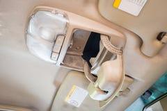 Ouvrez la boîte de lunettes de soleil/cas ou la boîte de rangement et le commutateur léger de bouton dans la voiture image libre de droits