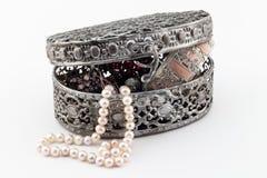 Ouvrez la boîte en métal avec jewellry d'isolement sur le blanc Photographie stock libre de droits