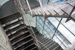 Ouvrez la cage d'escalier dans un immeuble de bureaux moderne Photographie stock libre de droits