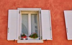 Ouvrez la fenêtre blanche sur le mur rouge Images libres de droits