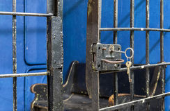 Ouvrez la fin de serrure de porte de prison  Photographie stock