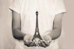 Ouvrez la main avec un modèle Tour Eiffel - modifiez la tonalité le vintage photographie stock