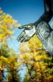 Ouvrez la main de la sculpture en stationnement Photo libre de droits