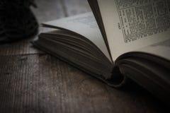 Ouvrez la page d'un vieux livre photographie stock libre de droits