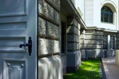 Ouvrez la porte blanche à l'arrière-plan de la façade Images libres de droits