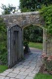 Ouvrez la porte en bois Images stock