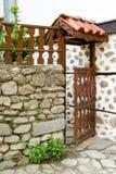 Ouvrez la porte en bois d'une maison dans Melnik, Bulgarie Photos stock