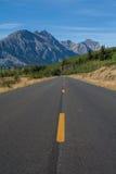 Ouvrez la route menant aux montagnes Photo stock