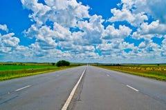 Ouvrez la route sous un ciel africain bleu brillant Photo stock