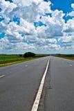 Ouvrez la route sous un ciel africain bleu brillant Photographie stock libre de droits