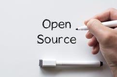 Ouvrez la source écrite sur le tableau blanc Photo libre de droits