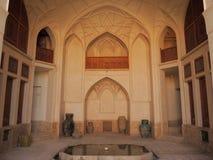 Ouvrez la terrasse de l'espace de chambre forte et les vieux vases à cuire dans le palais de l'Iran Images stock