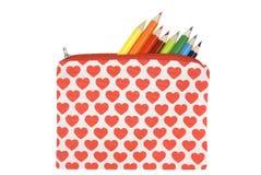 Ouvrez la trousse d'écolier avec la configuration de coeur sur un CCB blanc Photographie stock libre de droits