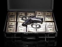 Ouvrez la valise avec des armes et des menottes des dollars d'isolement sur le fond noir Photos stock
