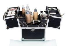 Ouvrez la valise avec des cosmétiques d'isolement sur le blanc Photographie stock libre de droits